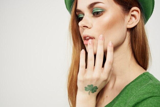 Ritratto donna che indossa tutto verde con cappello