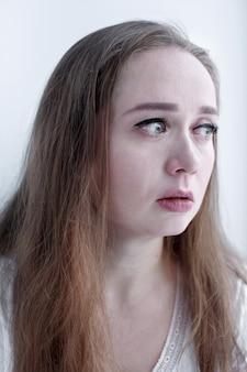 Ritratto espressivo del primo piano della donna gridante con le lacrime che corrono sul suo fronte