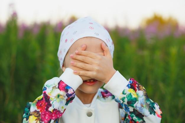 Ritratto esterno del fronte nascondentesi della bambina