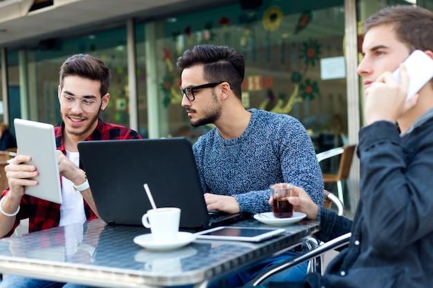 Ritratto esterno di giovani imprenditori che lavorano al bar.
