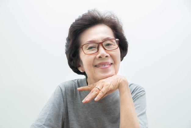 Ritratto felice della donna anziana con lo spazio del testo, donne anziane smailing