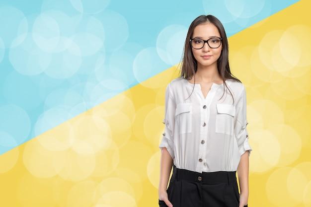 Ritratto felice della donna di occhiali di vetro