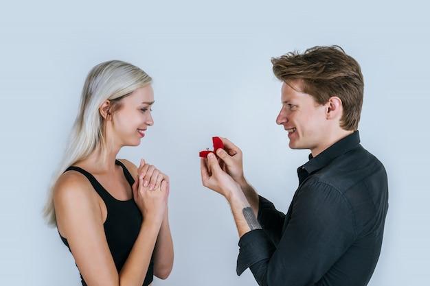 Ritratto felice di matrimonio a sorpresa di coppia