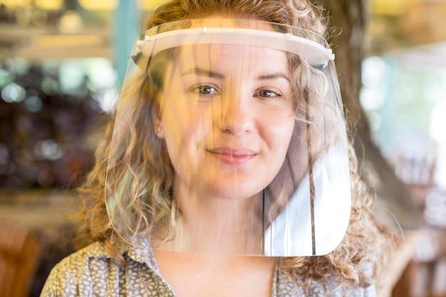 Ritratto femminile con protezione per il viso