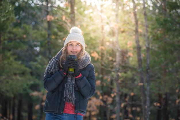 Ritratto giovane donna graziosa in inverno nella neve
