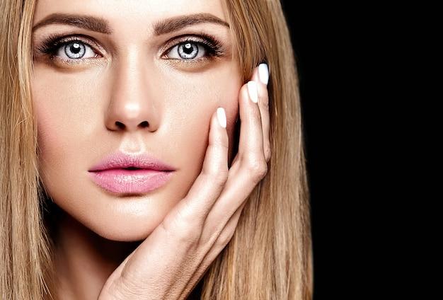 Ritratto glamour della bella donna bionda modello donna con il trucco quotidiano fresco con il colore delle labbra nude e il viso pulito e sano della pelle
