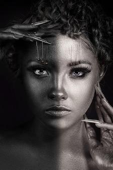 Ritratto in bianco e nero della ragazza del modello di moda di bellezza