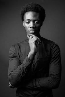 Ritratto in bianco e nero di bell'uomo africano