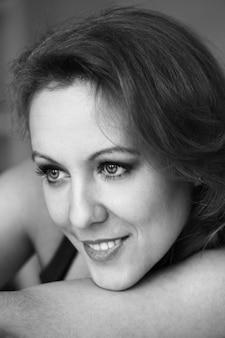 Ritratto in bianco e nero di bella donna di mezza età