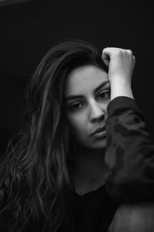 Ritratto in bianco e nero minimo di una ragazza