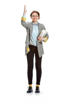Ritratto integrale dei libri sorridenti felici di una tenuta della studentessa isolati su spazio bianco