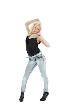 Ritratto integrale del dancing casuale felice della donna