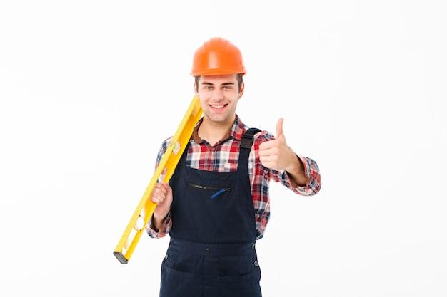 Ritratto integrale di giovane costruttore maschio sicuro
