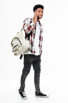 Ritratto integrale di giovane studente maschio africano sorridente