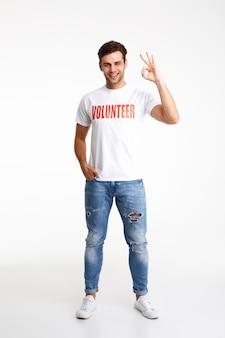 Ritratto integrale di un giovane in maglietta volontaria