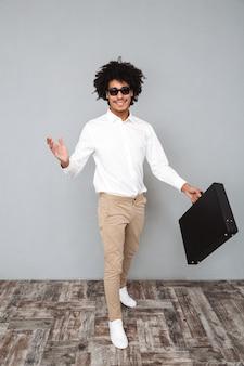 Ritratto integrale di un uomo africano in camicia bianca
