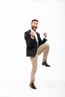 Ritratto integrale di un uomo felice allegro che celebra successo