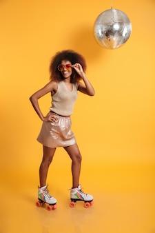 Ritratto integrale di una donna afroamericana allegra
