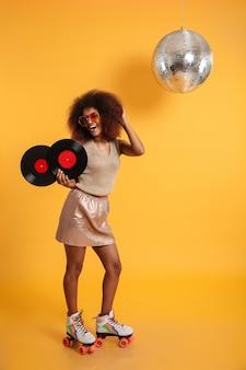 Ritratto integrale di una donna afroamericana emozionante