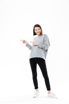 Ritratto integrale di una donna casuale che indica due dita
