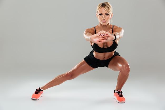 Ritratto integrale di una donna concentrata di forma fisica