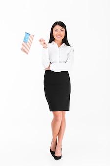Ritratto integrale di una donna di affari asiatica sorridente