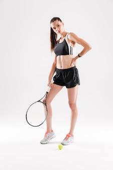 Ritratto integrale di una giovane donna esile in abiti sportivi