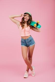 Ritratto integrale di una giovane donna in abiti estivi