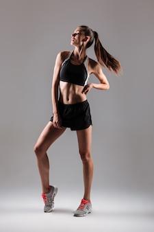 Ritratto integrale di una giovane donna in buona salute di forma fisica
