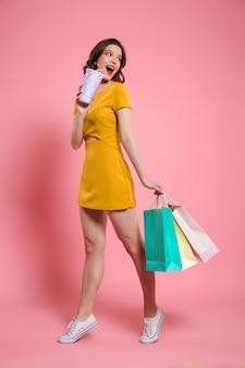 Ritratto integrale di una giovane donna sorridente in vestito
