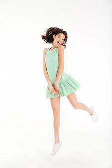 Ritratto integrale di una ragazza allegra vestita in abito