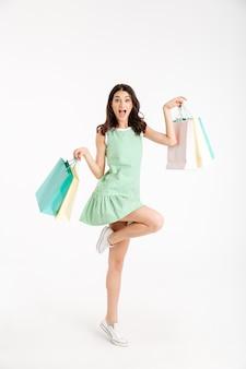 Ritratto integrale di una ragazza felice in vestito