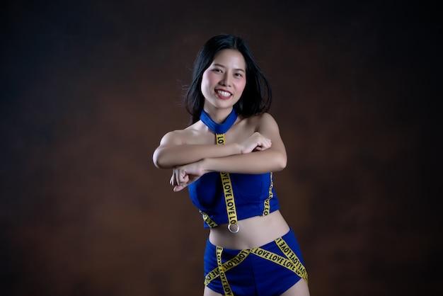 Ritratto integrale di una ragazza graziosa felice nel dancing blu del vestito