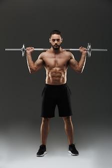 Ritratto integrale di uno sportivo muscolare senza camicia sicuro