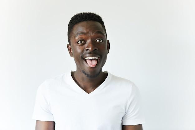 Ritratto isolato di giovane maschio afroamericano
