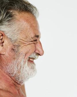 Ritratto nudo sorridente dello studio del petto del baffi adulto senior dell'uomo