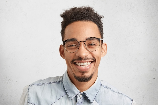 Ritratto orizzontale dell'imprenditore maschio felice che è felice di riuscire