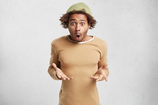 Ritratto orizzontale di stupito adolescente afroamericano indossa abiti alla moda,