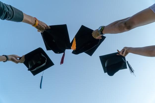 Ritratto posteriore di laureato che indossa un cappello nero.