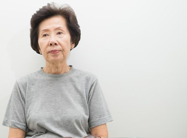 Ritratto senior della donna con lo spazio del testo