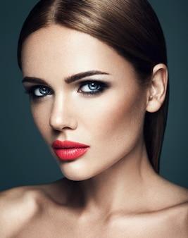 Ritratto sensuale di bella donna modello donna con trucco quotidiano fresco con labbra rosse e viso pulito pelle sana