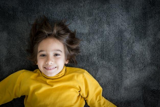 Ritratto sorridente del piccolo ragazzo sveglio