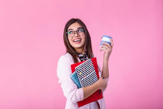 Ritratto sorridente dell'insegnante della donna o della studentessa con i libri e il caffè da andare in mani. istruzione, liceo e concetto della gente - insegnante sorridente felice della giovane donna in vetri