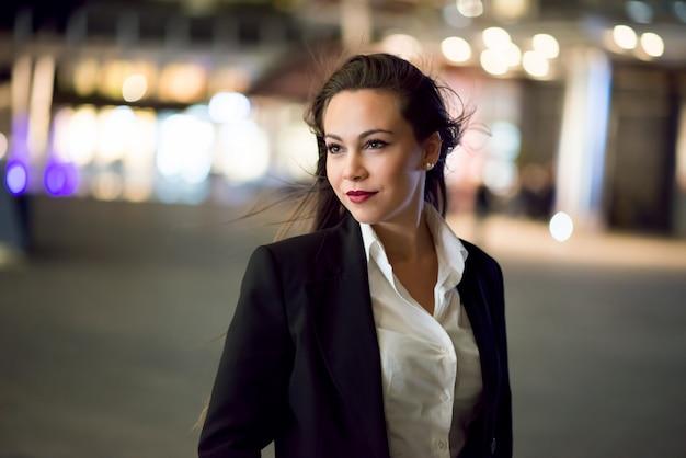 Ritratto sorridente della donna di affari