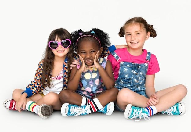 Ritratto sorridente dello studio di amicizia di amicizia di felicità delle amiche dei bambini