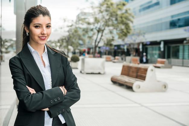 Ritratto sorridente riuscito di giovane donna di affari