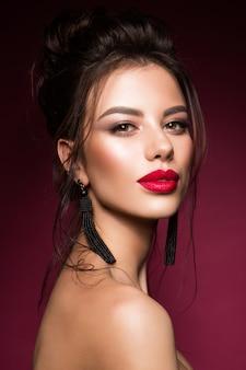Ritratto splendido del fronte della giovane donna castana.