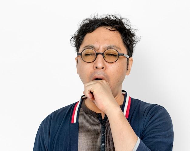 Ritratto stanco di sbadiglio adulto asiatico degli uomini