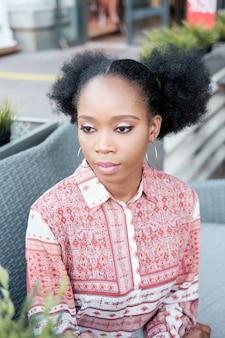 Ritratto triste ragazza afro nera