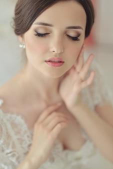 Ritratto vicino con bellezza naturale di trucco nudo chiuso degli occhi